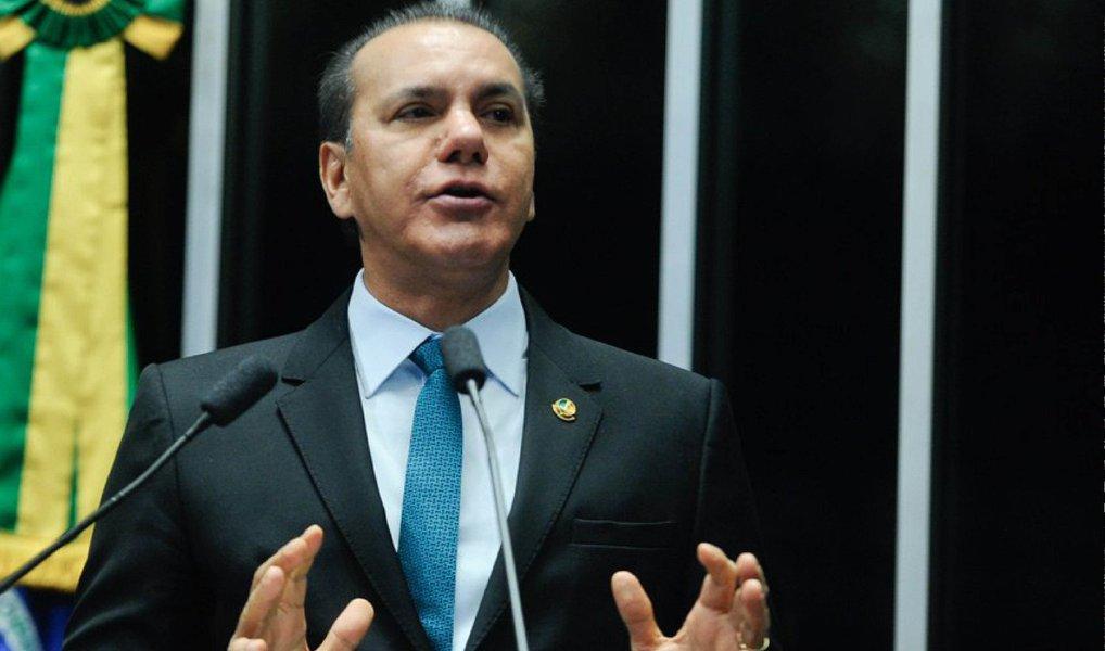 """Senador Ataídes Oliveira (PSDB-TO) afirmou que o governo petista deixou o País em estado lastimável;""""Por que o PT quer continuar no poder mesmo diante dessa crise política, moral e econômica?""""; a prova disso, de acordo com o parlamentar, são as dívidas interna e externa brutas do Brasil. Enquanto em 2003 elas somavam R$ 852 bilhões, atualmente somam R$ 4 trilhões"""