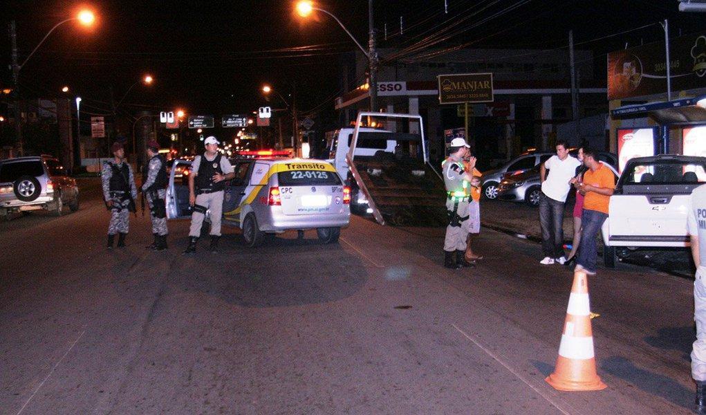 De janeiro a março deste ano, o Batalhão de Policiamento de Trânsito (BPTran) de Alagoas realizou 5.556 testes de bafômetro; 5.475 veículos foram abordados, 166 veículos recolhidos,438 Carteiras Nacional de Habilitação (CNHs) apreendidas e 205 motoristas estavam dirigindo sem habilitação; os números de irregularidades são considerados altos