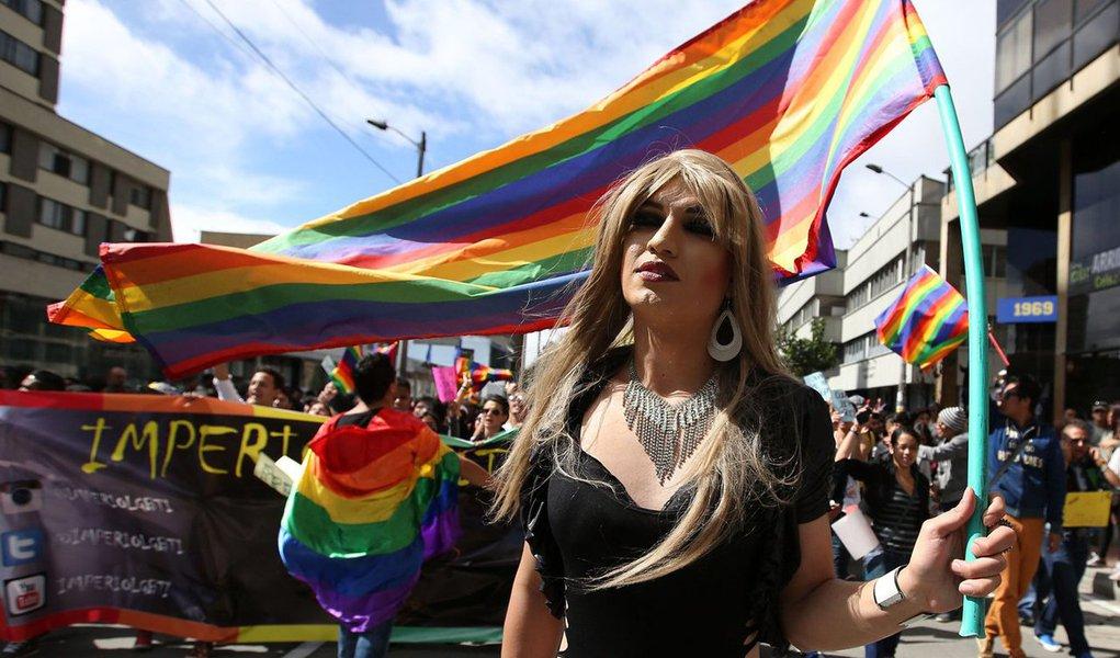 """Tribunal Constitucional da Colômbia legalizou o casamento entre pessoas do mesmo sexo e o paístornou-se o quarto da América Latina a autorizar o casamento entre homossexuais; """"os juízes afirmaram por maioria que o casamento entre pessoas do mesmo sexo não viola a ordem constitucional"""", afirmou a juíza Maria Victoria Calle, acrescentando que """"a atual definição de casamento no direito civil aplica-se da mesma forma a casais do mesmo sexo""""; Argentina Uruguai e Brasil também autorizam o casamento homosexual"""