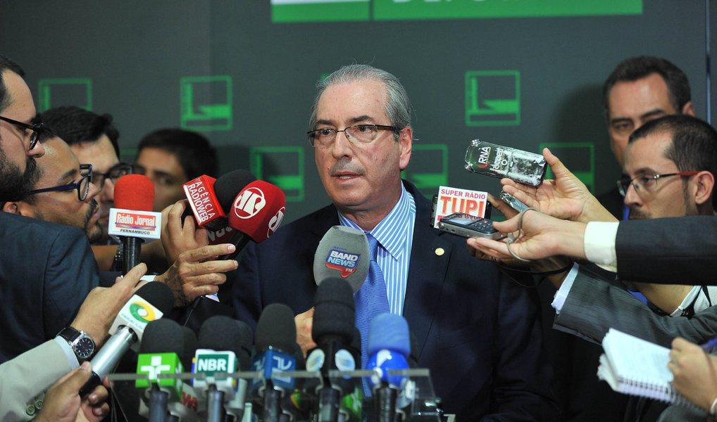 """O presidente da Câmara, Eduardo Cunha (PMDB-RJ), ironizou nesta quarta (13) a proposta da presidente Dilma Rousseff de propor um pacto com os defensores do impeachment caso o Congresso decida por não afastá-la do cargo.; """"É contraditório você falar em pacto e agredir. Dificilmente quem agride tem condições políticas de fazer pacto. Pacto pressupõe que você tenha uma convivência ou uma condição política de debater com as pessoas. Quando você vai para a agressão, você não vai conseguir fazer pacto"""", diz; para ele, """"se o processo não passar, algo terá que ser feito"""""""