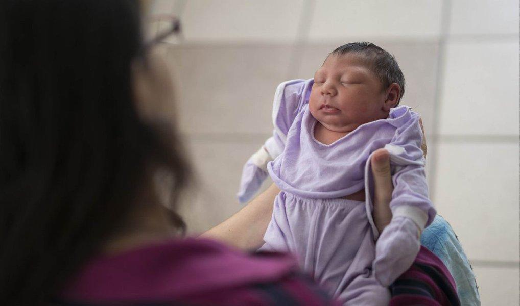 O Ministério da Saúde confirmou 1.113 casos de crianças que nasceram com microcefalia e outras alterações no sistema nervoso desde outubro do ano passado até o dia 9 de abril; são 67 novas confirmações em uma semana. Deste total, 189 tiveram a relação da malformação com a infecção da mãe pelo vírus Zika confirmada em teste laboratorial