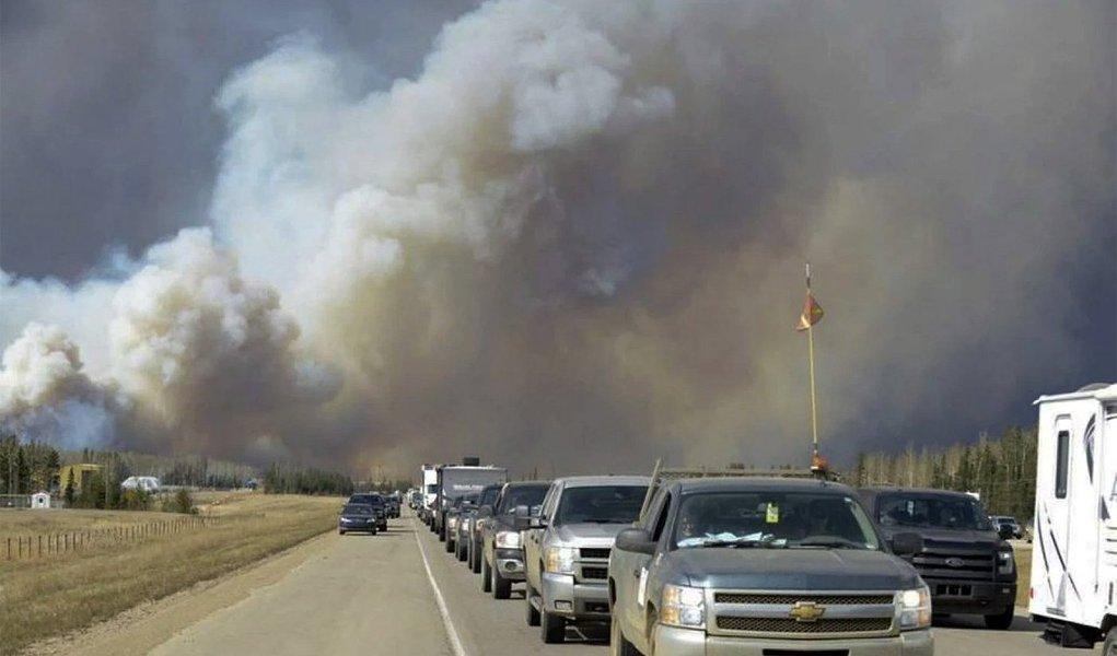 """incêndio florestal sem controle atingiu uma área perto de Fort McMurray, no norte de Alberta, região de areias betuminosas do Canadá, forçando a retirada de quase todos os 80 mil moradores da cidade; """"Esta é a maior retirada que vimos na história da província em termos de fogo"""", disse a premiê de Alberta, Rachel Notley"""