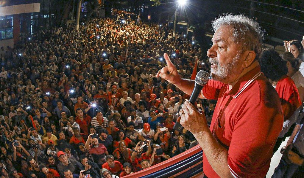 """Em vídeo contra o impeachment publicado nas redes sociais nesta sexta-feira 15, o ex-presidente Lula afirma que """"são extraordinárias as manifestações em defesa da legalidade em todos os cantos do País"""" e que """"elas alertam que, fora da democracia, o que vai existir é o caos e a incerteza permanente""""; ele anuncia ainda que, derrotado o impeachment neste domingo 17, estará empenhado, junto com a presidente Dilma, """"para que o Brasil tenha um novo modo de governar""""; Lula também diz que o vice-presidente, Michel Temer, não conseguirá governar """"se não tiver a legitimidade do voto popular""""; assista"""