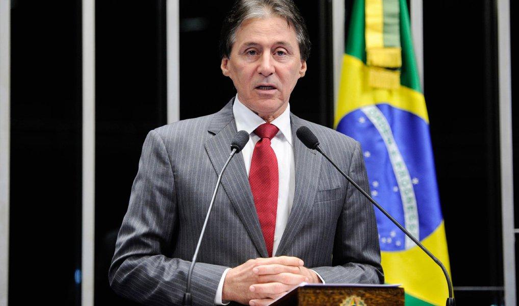 """O líder do PMDB no Senado, Eunício Oliveira (PMDB-CE), disse nesta segunda (25) que o partido não vai fechar questão a respeito da votação do impeachment da presidente Dilma Rousseff; de acordo com Oliveira, no dia da votação, tanto na comissão como no plenário, haverá orientação de voto da legenda, mas os peemedebistas estarão livres para votar; """"Na bancada do PMDB não fecharei questão. Não vou engessar cabeça, nem pensamento de senador. Agora, eu terei uma posição e o partido terá uma posição de encaminhando no momento oportuno"""", disse"""