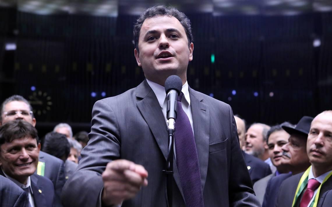 """Deputado federal Glauber Braga (PSOL-RJ) diz ter recebido mensagens de todas as partes do Brasil demilitantes de extrema-direita, o que o faz acreditar que seu número de telefone tenha sido repassado entre membros de algum grupo mais radicalizado; """"Não darei nenhum passo atrás na militância política em defesa da democracia, e no combate à intolerância e opressão"""", afirmou"""