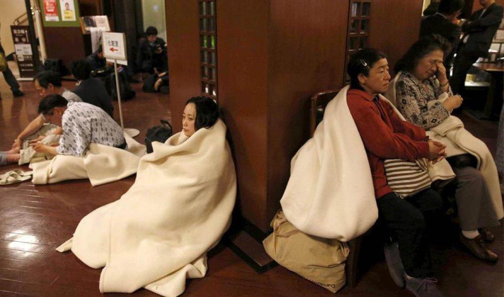 Um terremoto de magnitude 7,1 atingiu o sul do Japão nesta sexta-feira (manhã de sábado no horário local), provocando um alerta de tsunami que logo foi retirado; um terremoto na mesma região de magnitude 6,4 na quinta-feira à noite matou nove pessoas e feriu pelo menos 1.000