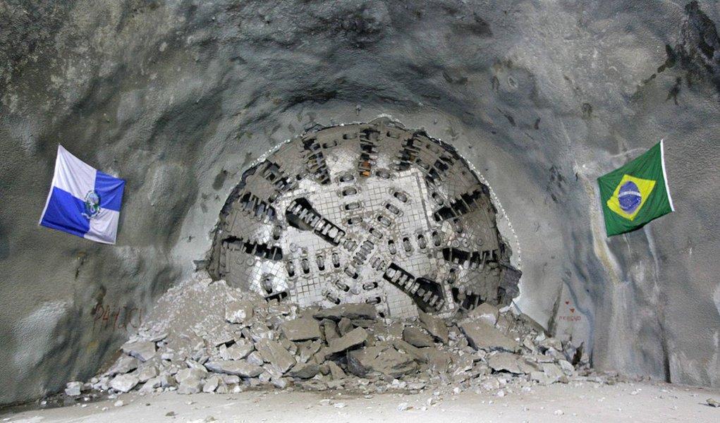 Os túneis da Linha 4 do Metrô entre a Barra da Tijuca e Ipanema, o chamado trecho olímpico, estão completamente escavados; o Tatuzão, equipamento que constrói os túneis do metrô na Zona Sul do Rio, rompeu a última parede em rocha sob o Alto Leblon e, com isso, ligou as zonas Sul e Oeste da cidade; neste trecho, falta instalar apenas um quilômetro de trilhos; outros 22 km já foram colocados; de acordo com o governo, as obras de implantação da Linha 4 do Metrô chegam a 92,5% de conclusão e serão inauguradas em julho de 2016; a Linha 4 vai transportar 300 mil pessoas por dia