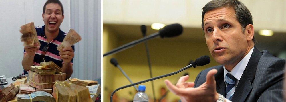 """Em seu depoimento à Polícia Civil de São Paulo e ao Ministério Público Estadual no âmbito da operação Alba Branca, o gerente de logística da Cooperativa Orgânica Agrícola Familiar (Coaf), Carlos Luciano Lopes (à esquerda, em foto apreendida pela PF), afirmou que opresidente da Assembleia Legislativa de São Paulo, deputado Fernando Capez (PSDB), era beneficiário de parte das propinas oriundas do esquema de contrato superfaturados na venda de produtos agrícolas e suco de laranja destinados à merenda escolar de prefeituras paulistas; segundo ele, Capez era chamado de """"nosso amigo"""" pelo grupo suspeito de participar do esquema"""