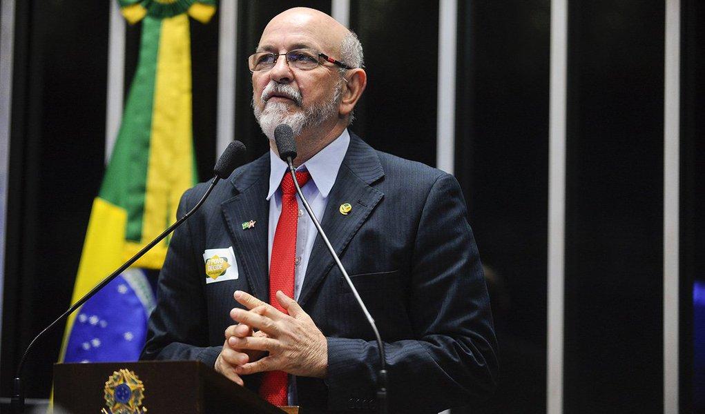 """O senador Donizeti Nogueira (PT-TO) também afirmou que a permanência de Dilma no poder não é a solução para os problemas do País; de acordo com o parlamentar, uma nova eleição é uma forma de legitimar um novo governo federal; """"O eleitor é soberano no processo de fortalecimento da democracia"""", disse ele no plenário da Casa"""