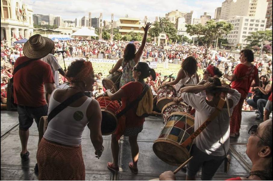 Os principais blocos de carnaval de Belo Horizonte deram início às mobilizações contra o impeachment na manhã de hoje (17), na Praça Raul Soares, região central da capital mineira. Os favoráveis à saída da presidente Dilma estão reunidos na Praça da Liberdade ao som de marchinhas