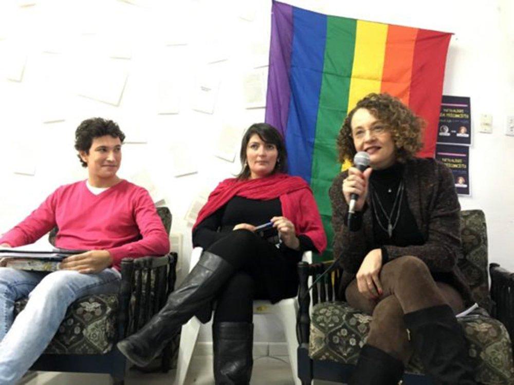"""Com o objetivo de debater um projeto LGBT para Porto alegre, a pré-candidata à prefeitura de Porto Alegre pelo PSOL, Luciana Genro, participou de um encontro organizado pelo movimento Compartilhe a Mudança, que organizou o evento, e do projeto Porto Alegre sem Preconceito; para ela, as eleições municipais deste ano serão um momento também de colocar a centralidade da pauta LGBT no ambiente político. """"Vamos continuar este debate e levar as ideias apresentadas para a construção de um programa. Precisamos afirmar que a diversidade e pauta LGBT são questões políticas, pois é a assim que iremos elaborar políticas públicas para esses setores"""", defendeu"""