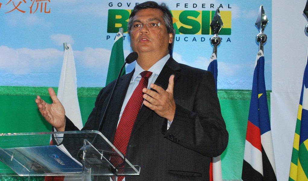 """O governador do Maranhão, Flávio Dino (PCdoB), também afirmou que """"háneste momento uma mobilização mais ampla"""" da sociedade para barrar o impeachment da presidente Dilma; """"No início havia uma avalanche que levaria ao impeachment. Hoje, ao contrário, a tendência é que prevaleça o bom senso, uma posição que reconheça a legitimidade das críticas ao governo""""; ex-presidente da Associação dos Juízes Federais do Brasil (Ajufe),ele disse ter""""convicção"""" em dizer que o impeachment é um """"artifício ilegítimo"""""""