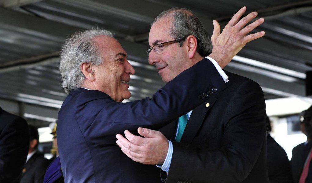 """""""O que Temer e Cunha comandam não é apenas um golpe contra a democracia e contra os beneficiários de programas sociais; é um golpe contra a Justiça, é um salvo conduto para continuarem arrastando o país para o buraco da impunidade, da ilegalidade, da corrupção, dos privilégios"""", afirma o colunista Alex Solnik; ele conta que a """"isca"""" do golpe atrai novos adeptos, como o PP, principal implicado na Lava Jato, e demonstra surpresa com o silêncio das ruas sobre o fato; """"É espantoso que """"as ruas"""", esse movimento difuso, misterioso, obscuro cuja principal bandeira é a """"luta contra a corrupção"""" não se deem conta de que na verdade estão protegendo os corruptos, estão servindo de biombo para inocentar os que já têm os pés na lama e os futuros enlameados"""""""
