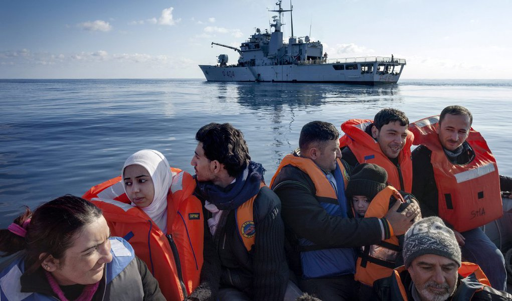 """Ministro das Relações Exteriores da Itália, Paolo Gentiloni, confirmou relatos de que muitos imigrantes morreram em águas egípcias;""""O que é certo é que estamos mais uma vez com uma tragédia no Mediterrâneo, exatamente um ano depois da tragédia que tivemos... em águas líbias"""", disse em referência às mortes de centenas de imigrantes na costa da Líbia em abril de 2015"""