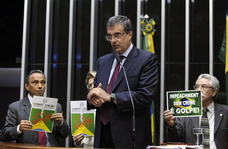 """""""Meras operações contábeis aceitas por todos os governos serem utilizadas como motivo de impeachment é golpe. É golpe!"""", discursou o advogado-geral da União em sessão na Câmara que discute o processo de impeachment da presidente Dilma Rousseff; ministro também disse que o processo é um """"golpe"""" e""""uma subtração ao direito ao voto das pessoas""""; segundo ele,""""se o parlamento aprovar o impeachment, o povo terá sido colocado na periferia. A história colocará as pessoas no seu devido lugar"""""""
