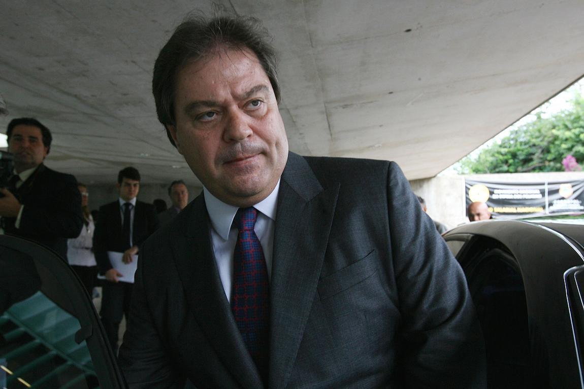 O ex-senador Gim Argello (PTB-DF) decidiu tentar um acordo de delação premiada com o Ministério Púbico Federal para tentar reduzir ou até se livrar de uma punição em eventual condenação pelos crimes dos quais é acusado pela força-tarefa da Lava Jato; o ex-parlamentar é suspeito de receber R$ 5,35 milhões de propina de empreiteiros; em troca de dinheiro ilícito, ele teria poupado empresários de depor na CPI da Petrobras