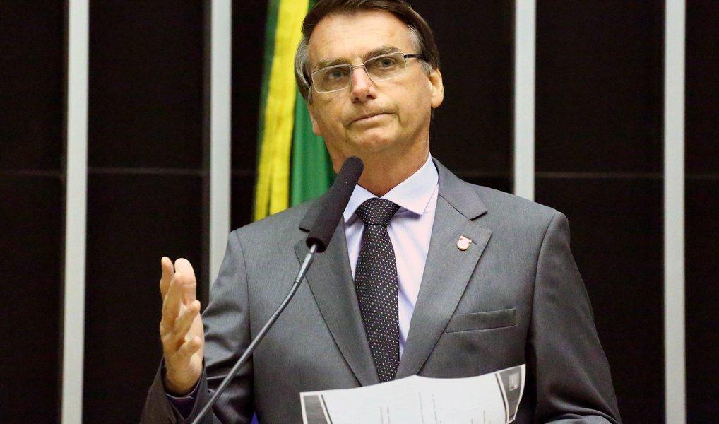 Parlamentares de seis partidos protocolaram, nesta quarta (27), representações na Procuradoria Geral da República contra o deputado Jair Bolsonaro (PSC-RJ), acusando-o de apologia ao crime e injúria por suas declarações durante a votação do impeachment da presidente Dilma Rousseff; os parlamentares foram pessoalmente à PGR entregar as representações; uma das representações é assinada pelos líderes do PSOL, PT, PCdoB, PDT e Rede, além do filho do jornalista assassinado pela ditadura Vladimir Herzog, Ivo Herzog; a outra é de autoria do PPS