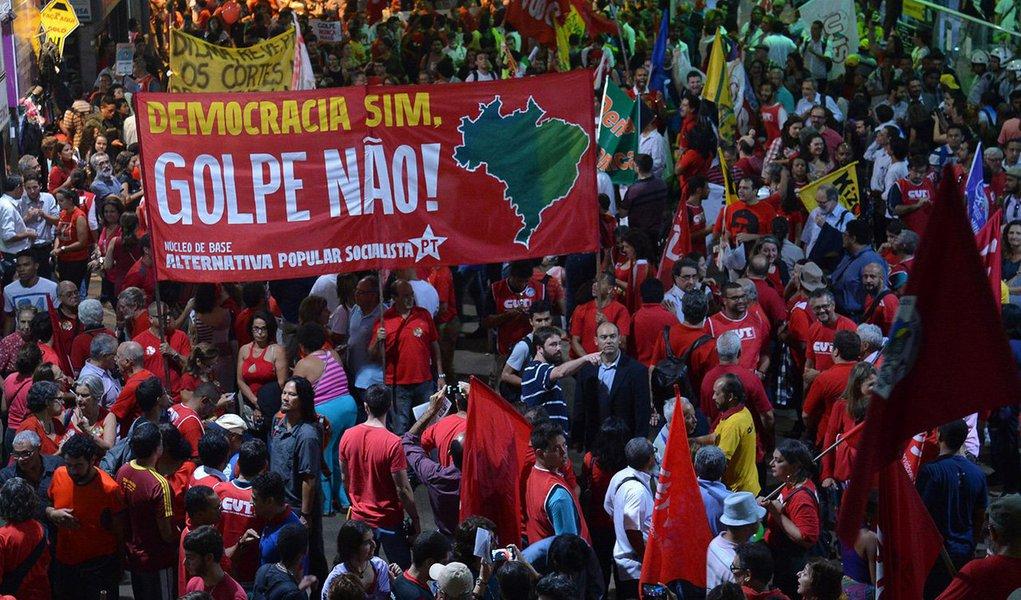 """Manifesto assinado por 109 membros de Defensorias Públicas, tanto de estados quanto da União, atesta a ausência de pressupostos jurídicos que para legitimar o processo de impeachment da presidente Dilma Rousseff; """"A manifesta ausência de crime de responsabilidade torna ilegítimo o processo em curso, na medida em que subverte a lógica processual e sublima os aspectos jurídicos do contexto de análise, aproximando-o perigosamente de um gesto de ruptura com o Estado Democrático de Direito"""", diz o texto; """"Afirmamos nossa confiança na rejeição do impeachment da Sra. Presidente da República para ver restaurado o pleno respeito à Democracia e preservado o sufrágio universal livremente revelado pelas urnas nas eleições de 2014"""""""