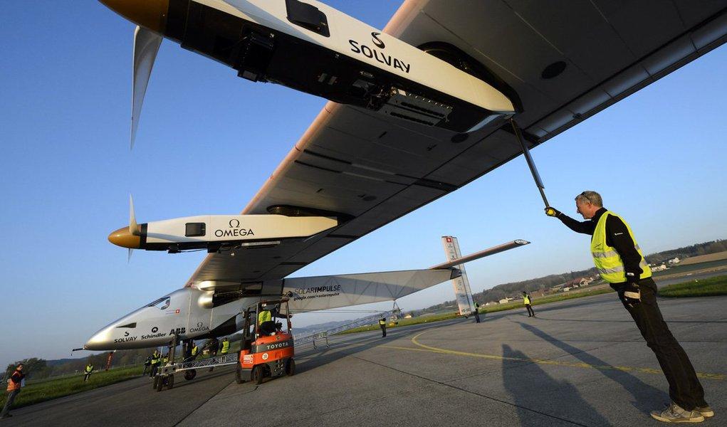 O avião Solar Impulse 2 chegou neste domingo (24) à Califórnia, nos Estados Unidos, depois de atravessar o Oceano Pacífico, etapa mais perigosa da volta ao mundo executada pela primeira aeronave movida exclusivamente com a energia do sol; o Solar Impulse 2, pilotado por um dos seus criadores, o suíço Bertrand Piccard, voou durante três dias e três noites, saindo do Havaí, e percorreu 4.528 quilômetros