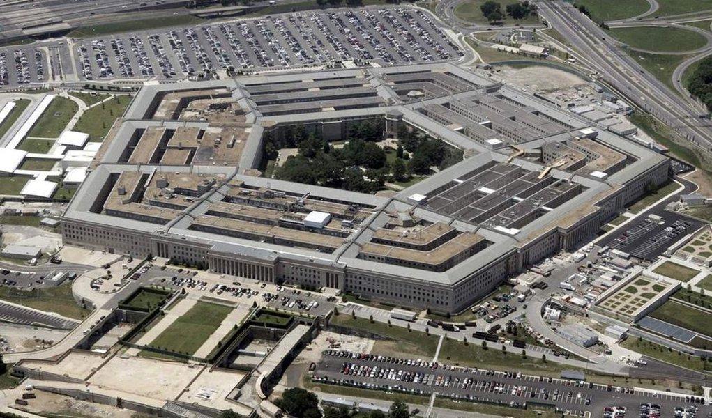 """Regras oficiais dos ataques aéreos a alvos do grupo Estado Islâmico provavelmente permanecerão secretas, mas os oficiais do Exército americano afirmam estar implantando uma """"escala móvel"""" com base na região visada, bem como na """"oportunidade""""; em alguns casos, os ataques aéreos dos Estados Unidos serão autorizados a matar dez civis por investida; acredita-se que o Pentágono tenha matado várias centenas de civis em sua guerra aérea contra o Estado Islâmico desde 2013, enquanto que a versão oficial é de apenas quatorze mortes"""