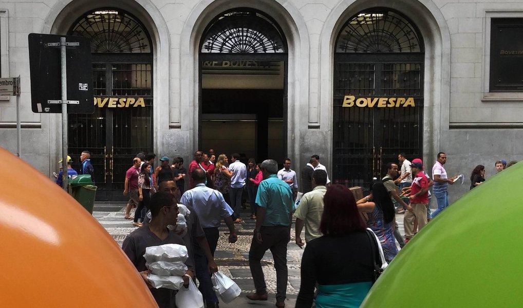 Em um dia de euforia no mercado de ações, a Bolsa de Valores de São Paulo teve forte alta e fechou no maior nível em 11 meses; o Ibovespa, índice da Bolsa de São Paulo, encerrou a quarta (27) com alta de 2,63%, aos 54.478 pontos; as ações da Petrobras, as mais negociadas, puxaram a alta; o dólar iniciou o dia em alta, mas fechou praticamente estável, vendido a R$ 3,5243, com valorização de 0,15%; além do cenário político, o mercado financeiro foi influenciado pela decisão do Federal Reserve de manter os juros básicos dos Estados Unidos entre 0,25% e 0,50% ao ano