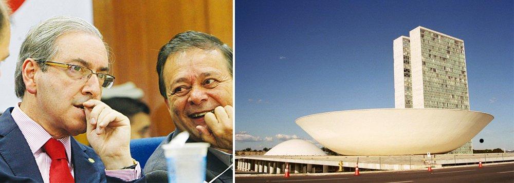 """Aposta entre os parlamentares é que Eduardo Cunha (PMDB-RJ) conseguirá se manter como presidente da casa até o fim do seu mandato, fazendo depois o sucessor, que seria o deputado Jovair Arantes (PTB-GO), que foi o responsável pelo parecer contra a presidente Dilma; """"Estou me sentindo como aquele árbitro que vai apitar a final da Copa do Mundo"""", disse Cunha a aliados; o peemedebista já tem maioria no Conselho de Ética depois da renúncia de Fausto Pinato (PP-SP) , mesmo com as evidências de que é beneficiário de diversas contas secretas no exterior"""