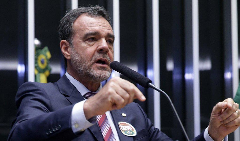 """""""O que está em curso é um golpe. E o golpe não passará"""", discursou o deputadoDaniel Almeida (BA), líder do PCdoB na Câmara, em sessão no plenário nesta sexta-feira 15 que discute o relatório pró-impeachment do deputado Jovair Arantes (PTB-GO); """"Não existe crime que justifique o acatamento desse pedido de impeachment"""", disse Daniel Almeida; """"Se não há crime, não há que se fazer julgamento"""", completou; para ele, a acusação contra a presidente Dilma teve teor panfletário"""