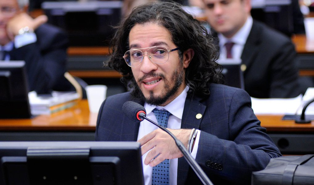 """""""Eu sou oposição ao governo Dilma, mas ela foi legitimamente eleita. Questionar a eleição dela é questionar a minha eleição"""", afirmou o deputado federal Jean Wyllys (Psol-RJ); segundo ele, """"as pessoas precisam se dar conta de que foram às ruas lutar contra a corrupção e não percebem que as pessoas que conduzem o impeachment são corruptas. Elas deveria se levantar contra eles""""; para Wyllys, o presidente da Câmara, Eduardo Cunha (PMDB-RJ), é um """"gângster"""" e o vice-presidente Michel Temer é um """"traidor"""""""