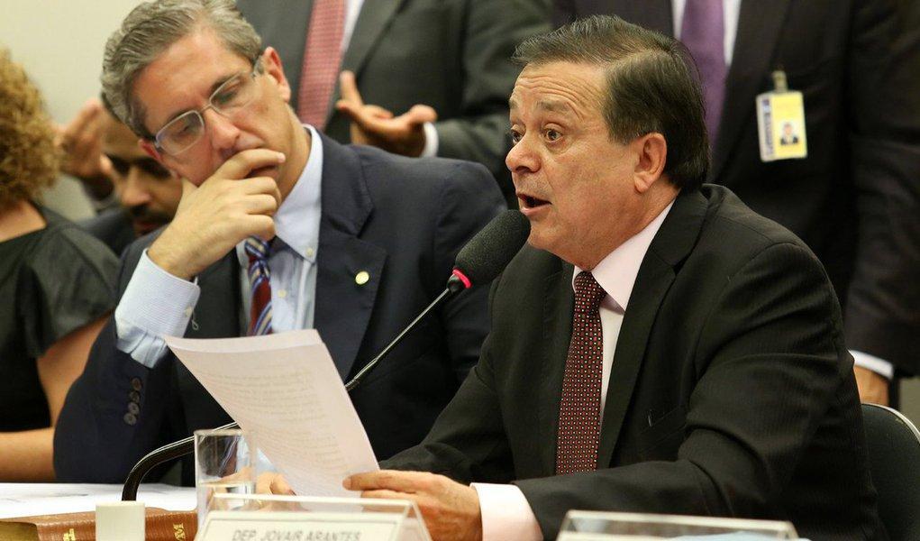 Com a publicação no Diário da Câmara dos Deputados começa a contar o prazo de 48 horas para que o parecer do deputado Jovair Arantes (PTB-GO), que pede a continuidade do processo de impeachment da presidenta Dilma, entre na pauta de votações; apeça inteira do processo, desde a entrega do pedido até a votação do parecer na Câmara e leitura em plenário, somando mais de 10 mil páginas, está publicada na edição desta quarta-feira (13), a partir da página 3, do Diário da Câmara