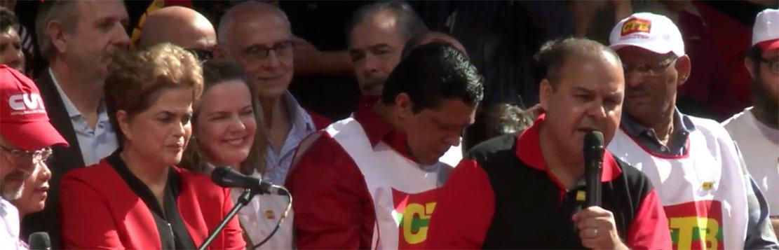 """Num duro discurso neste Primeiro de Maio, o presidente da Central Única dos Trabalhadores, mandou um duro recado aos organizadores do golpe. """"Se esse golpe passar, não haverá mais paz no Brasil. Não reconheceremos nenhum governo ilegítimo e Michel Temer não passa de um golpista de terceira categoria"""", afirmou;""""Todos nós unificamos para defender a democracia, porque nós sabemos que o golpe é contra a Dilma e Lula, mas principalmente contra os trabalhadores. O golpe é para retirar direitos, acabar com a CLT, com a política de valorização do salário mínimo e com os benefícios sociais"""""""