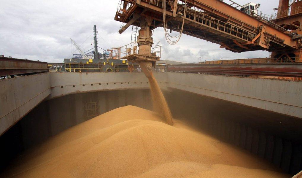 Brasil deverá ocupar mercados de soja, farelo e óleo de soja que a Argentina eventualmente deixe vazios em função de perdas decorrentes de inundações que afetam a safra do país vizinho; Argentina é o terceiro exportador global de soja em grão, atrás de Brasil e Estados Unidos, mas é líder na exportação de farelo e óleo de soja; estimativa é que as chuvas e inundações poderão reduzir a colheita argentina em cerca de 15%; em abril, as exportações de soja do Brasil superaram 10 milhões de toneladas ao mês pela primeira vez na história, o que eleva a competividade do país para ocupar o espaço resultante das dificuldades argentinas