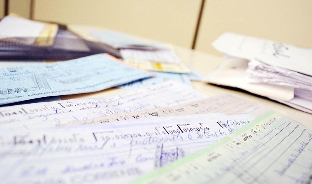 A proporção de cheques devolvidos por falta de fundos cresceu 2,66% em março último, o maior índice registrado desde 1991, na pesquisa feita pela Serasa Experian. Em fevereiro, as devoluções alcançaram 2,27% do total compensado e, em março do ano passado, a taxa foi 2,32%