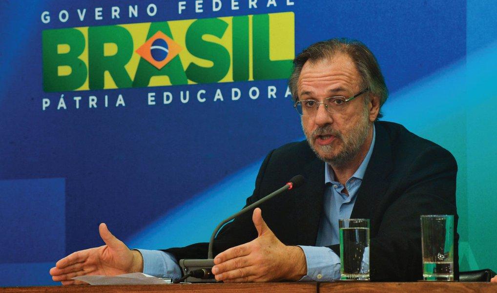 """O ministro do Trabalho e Previdência Social, Miguel Rossetto, afirmou, nesta sexta (29), em ato pela democracia, que acontece na Lapa (RJ), que """"é momento de dialogar e acompanhar o que está ocorrendo no Congresso Nacional""""; ele pontuou que é """"momento de construção da opinião democrática e da afirmação de direitos""""; """"O Brasil quer e deve caminha para frente por mais democracia e direito social"""", frisou"""
