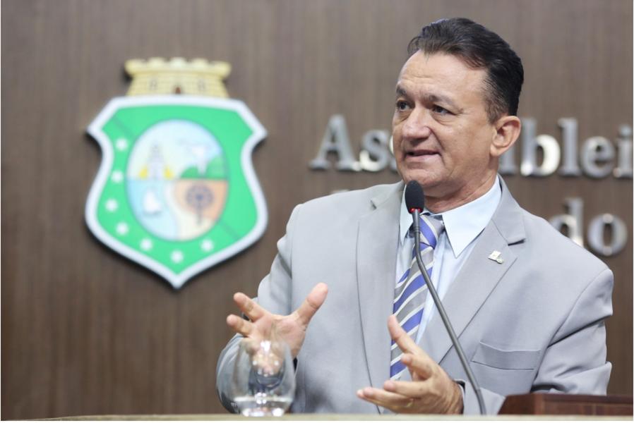 """""""Eduardo Cunha não é ladrão? Michel Temer é uma onça pastorando cabrito. Nenhum merece confiança"""", disse o deputado Ferreira Aragão (PDT), em pronunciamento nesta sexta-feira (15), na Assembleia Legislativa. O parlamentar reafirmou ainda seu posicionamento contrário ao processo de impeachment da presidente Dilma Rousseff (PT)"""