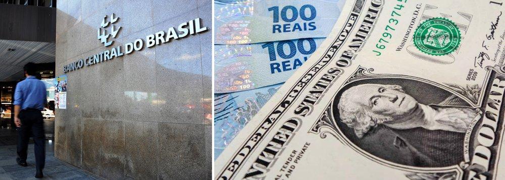 """Na tentativa de conter a queda do dólar, o Banco Central realizou ontem cinco leilões de """"swap"""" cambial reverso, o que equivale a comprar dólares no mercado futuro, que somou US$ 5,250 bilhões, na terça, o BC já havia vendido valor recorde de US$ 8 bilhões na operação; a medida, no entanto, não foi suficiente para impedir que a moeda recuasse, voltando a atingir sua menor cotação do ano, R$ 3,477"""