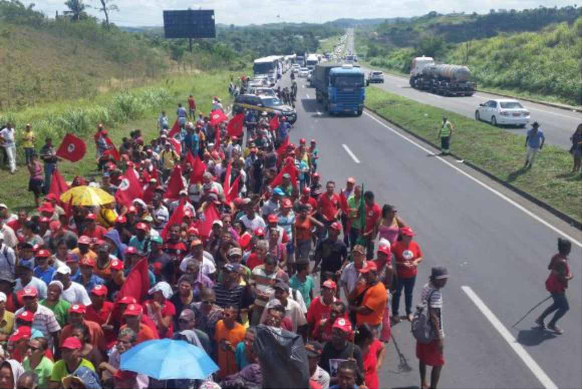 O bloqueio feito pelos manifestantes emini trio elétrico atravessado na via ocorreu em protesto contra o impeachment da presidenta Dilma Rousseff (PT),no quilômetro 603 da BR-324. Após o desbloqueio, os integrantesseguem para o Farol da Barra, em Salvador, onde pretendem permanecer em vigília até amanhã (17), para acompanhar a votação