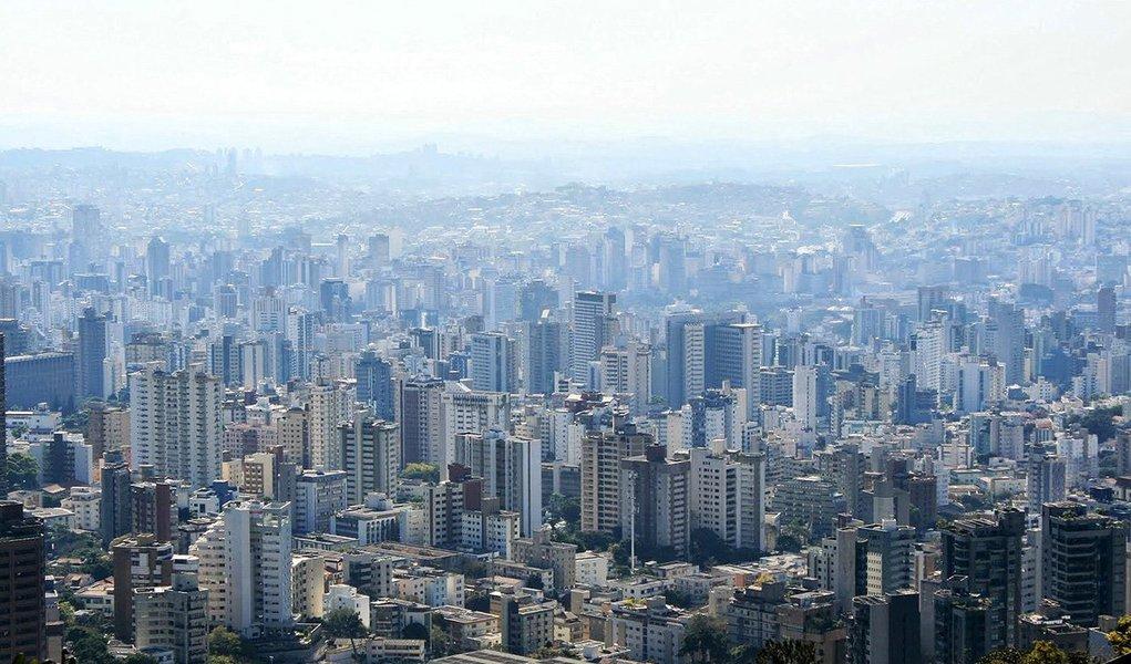 O Observatório Sismológico da Universidade de Brasília (UnB) informou que um tremor de terra atingiu parte da Região Metropolitana de Belo Horizonte; de acordo com o professor George Sand, o abalo, de 4.2 na Escala Richter, teve o epicentro na cidade de Esmeraldas e ao menos outros seis municípios sentiram a terra tremer; segundo ele, a intensidade pode causar rachaduras em casas e barulho