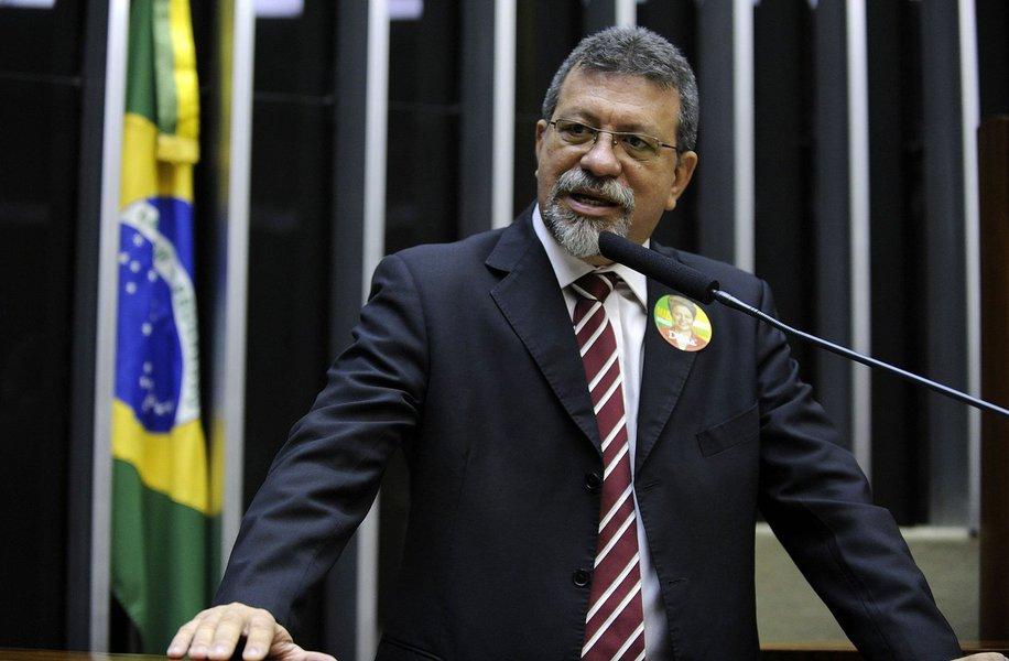 """Segunda maior bancada na Câmara, o PT é o segundo partido a defender sua posição na tribuna da Câmara nesta sexta-feira; o líder do partido na Casa, Afonso Florence, afirmou que, ao contrário do que se propaga no Congresso, a oposição não tem votos suficientes para aprovar o impedimento da presidenta Dilma Rousseff;""""Não haverá uma eleição. Dilma não será derrotada e não será eleita a chapa Temer-Cunha, porque eles não têm, não tiveram e nunca terão os 342 votos 'sim'"""", afirma Florence"""