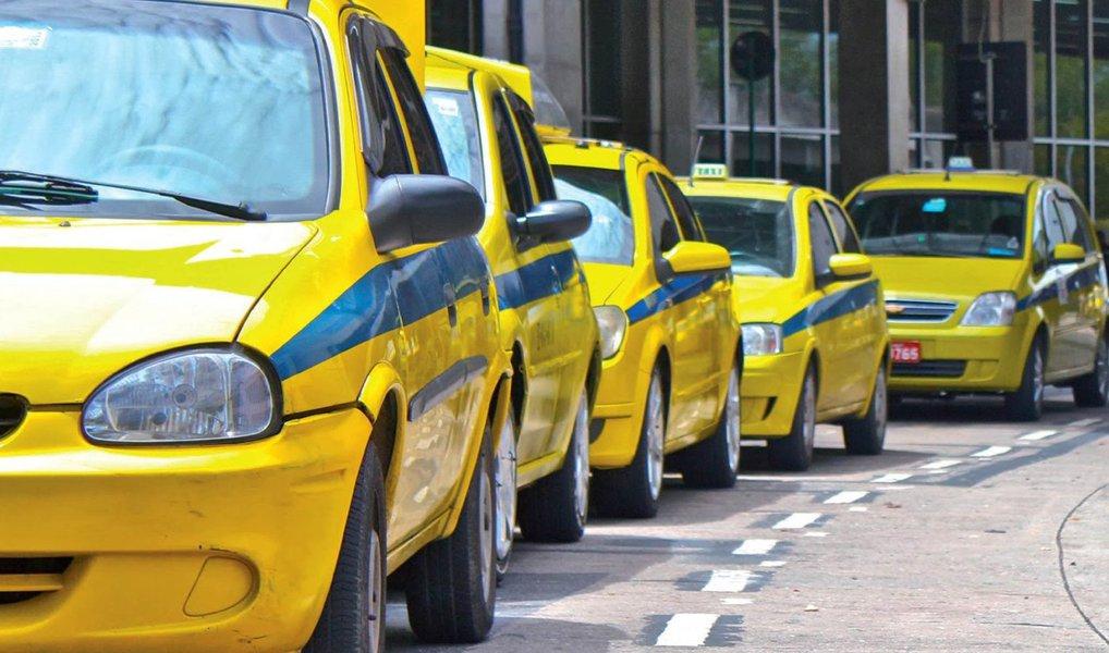 As tarifas do serviço de táxi no Rio terão reajuste de 10,5% no próximo sábado (2); no cálculo do aumento foi usada a inflação oficial dos últimos 12 meses, que ficou em 10,48%; a bandeirada do táxi convencional passará para R$ 5,40 e a hora parada, R$ 28,98; o quilômetro rodado custará R$ 2,30; para táxi executivo, a bandeirada será R$ 7 e a hora parada, R$ 50,40. O quilômetro rodado vai para R$ 4,00