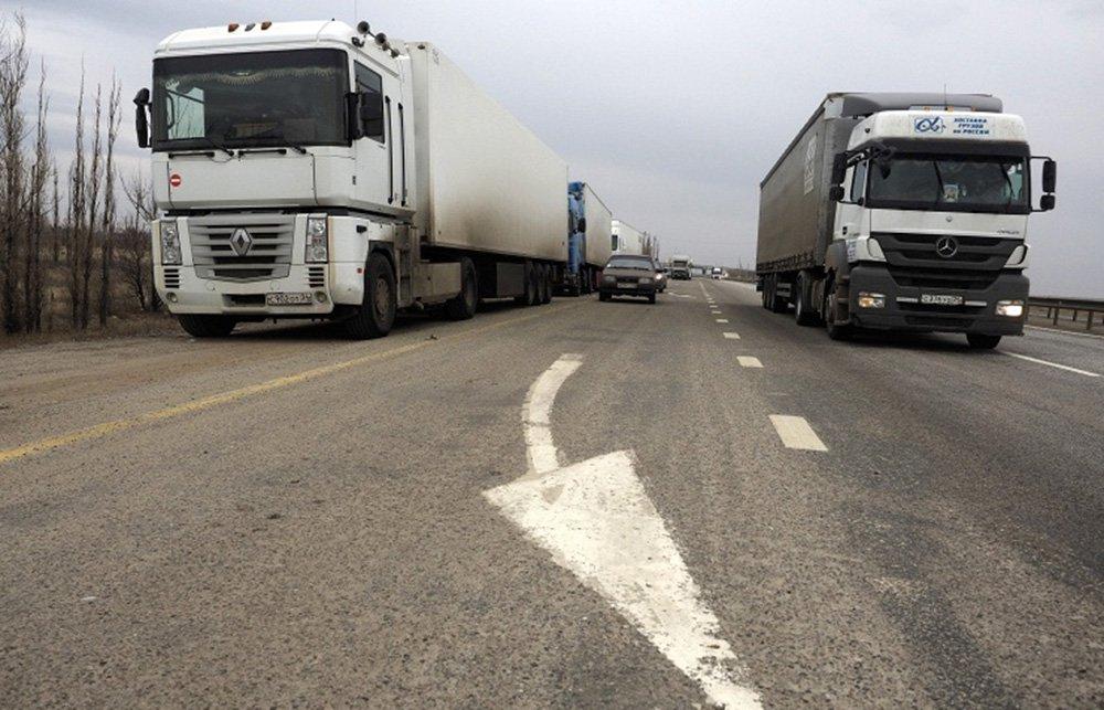 A Ucrânia proibiu, a partir de 10 de janeiro, a importação de uma série de produtos russos em resposta a medidas semelhantes adotadas por Moscou; segundo um regulamento governamental, a suspensão do acordo de comércio livre vai vigorar até 31 de dezembro de 2016; depois da anexação da península da Crimeia pela Rússia, em março de 2014, intercâmbios comerciais entre a Rússia e a Ucrânia caíram; naquele ano, o comércio bilateral entre os dois países caiu 29,4% frente ao ano anterior; mais de 9 mil pessoas morreram desde o início do conflito separatista no Leste da Ucrânia, em abril de 2014, segundo a ONU