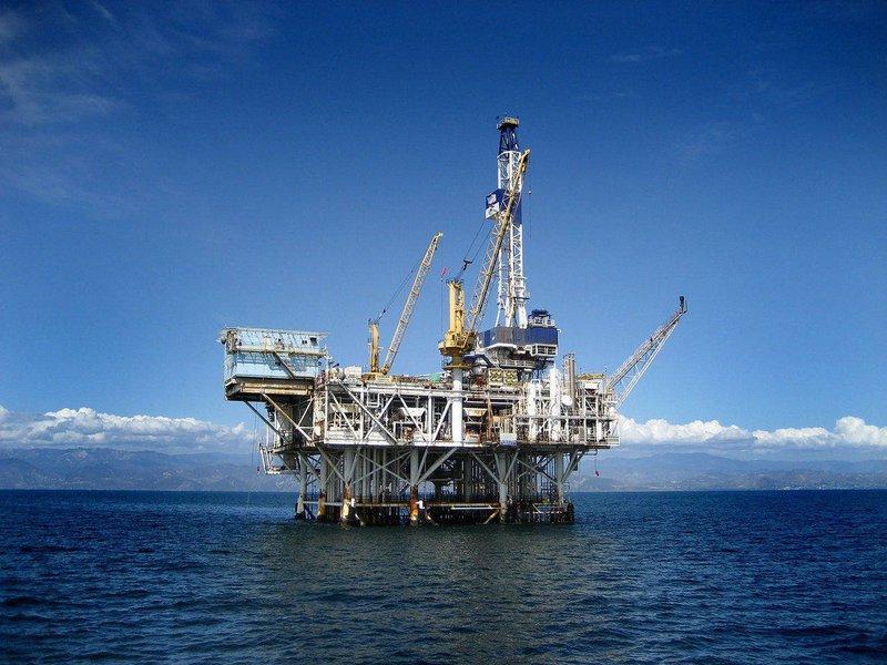 """Com o barril custando cerca de 37 dólares, produtoras norte-americanas Chevron e ConocoPhillips publicaram os planos de corte no orçamento de 2016 por um trimestre; Royal Dutch Shell também anunciou mais 5 bilhões dólares em cortes, caso se consolide a aquisição da BG Group; """"Esta será a primeira vez, desde a crise de preços do óleo de 1986, que veremos um declínio nos investimentos por dois anos consecutivos"""", disse o vice-presidente de Mercados de Petróleo e Gás da Rystad Energy, Bjoernar Tonhaugen"""