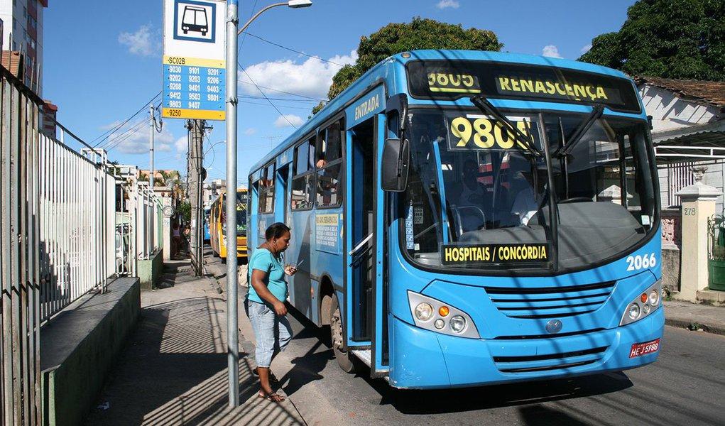 """A Defensoria Pública de Minas Gerais informou que ajuizou uma Ação Cautelar Incidental para suspender o último aumento de tarifas de ônibus em Belo Horizonte; a principal tarifa passou de R$ 3,40 para R$ 3,70, um aumento de 8%; foi a segunda alta de preços em menos de seis meses; de acordo com o órgão, o novo reajuste não poderia ocorrer, já que a última alta é questionada na Justiça; em nota, a defensora pública Júnia Roman Carvalho disse """"a suspensão da liminar não autoriza novo aumento"""""""
