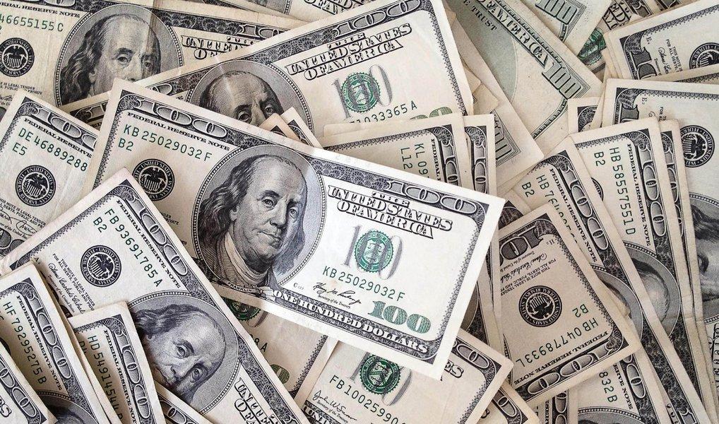 Um dia depois de disparar, a moeda norte-americana caiu e encerrou esta terça-feira, 5, cotada a R$ 3,993, com queda de 1,01%; na máxima do dia, por volta das 9h10, chegou a ser vendido acima de R$ 4,05; na bolsa, o índice Ibovespa encerrou o dia em 42.335 pontos, com alta de 0,46%