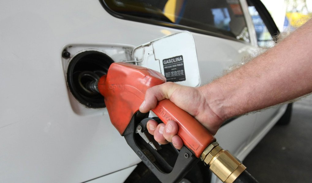 Postos de combustível em todo o Distrito Federal aumentaram o preço da gasolina nesta quinta-feira (7); em alguns locais, o combustível passou a custar R$ 3,97, o que representa R$ 0,20 a mais do que o preço médio apontado pela Agência Nacional do Petróleo (ANP) na semana passada; de acordo com o Sindicombustíveis, oaumento tem como objetivo compensar o reajuste do ICMS que incide sobre o combustível; aCâmara Legislativa havia aprovado o aumento de impostos sobre o preço da gasolina, e o ICMS taxado sobre o combustível subiu de 25% para 28%