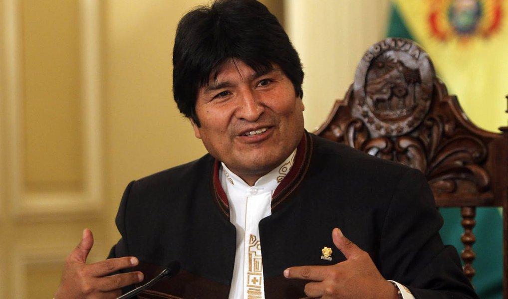 """Em artigo na Rede Brasil Atual, o sociólogo Emir Sader detalha o sucesso do presidente boliviano no combate à desigualdade; """"Nos quase dez anos do governo de Evo Morales, a extrema pobreza foi reduzida pela metade, de 37% a 18% da população. As reservas internacionais aumentaram até chegar a US$ 15 bilhões. PIB boliviano aumentou quatro vezes, passando de US$ 8 bilhões em 2005 para US$ 34 bilhões"""", afirma; população boliviana decidirá emreferendo no dia 21 de fevereiro, se Evo Morales e Álvaro García Linera poderão se candidatar a um novo mandato presidencial, a partir de 2020"""