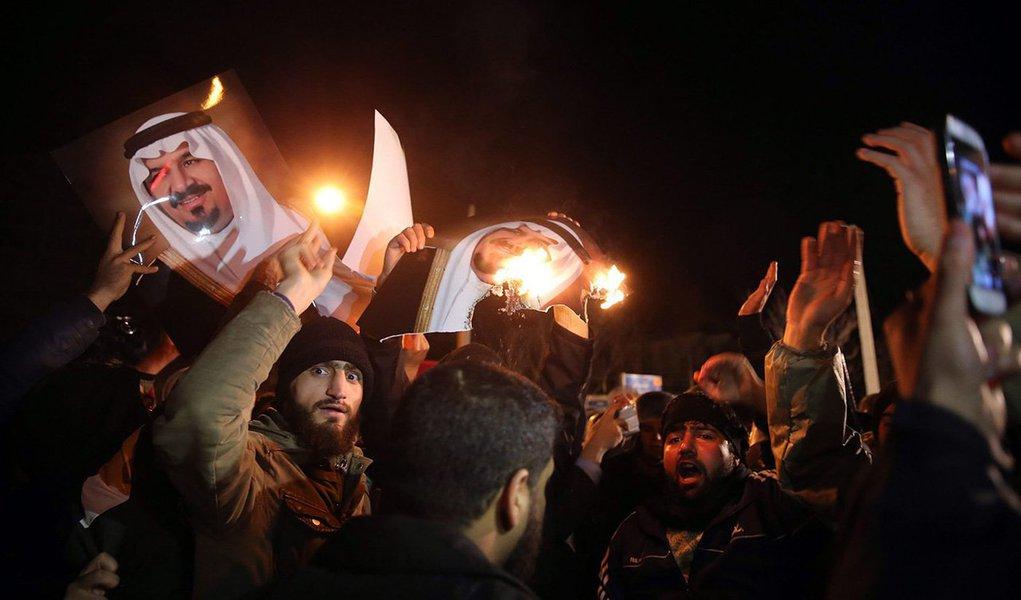 """Mais de mil pessoas protestaram, em dois locais de Teerã, no Irã, contra a execução do líder religioso xiita Nimr Baqir al-Nimr, na Arábia Saudita, onde outras 46 pessoas também foram mortas sob acusação de terrorismo; manifestantes gritavam """"morte a Al-Saud"""", o nome da família governante em Riade, e queimaram bandeiras dos EUA e de Israel; o religioso passou mais de dez anos estudando teologia no Irã e foi impulsionador dos protestos xiitas contra o governo saudita desde 2011; como consequência das execuções, a oposição parlamentar na Alemanha pediu ao governo Angela Merkel para romper a aliança com a Arábia"""