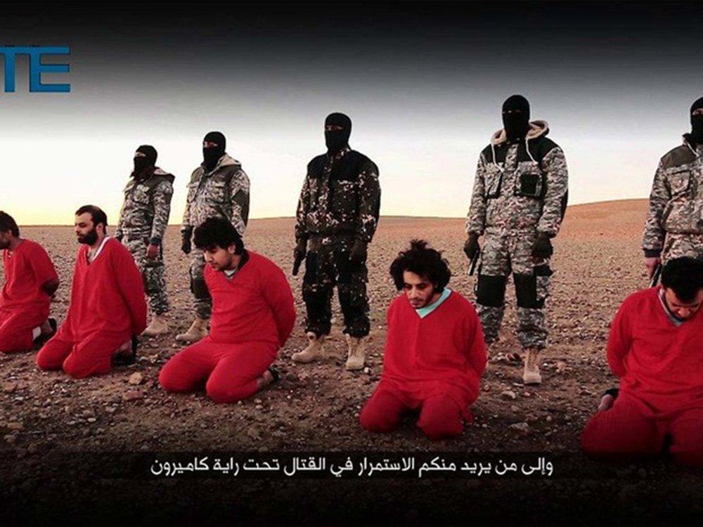 """O grupo jihadista Estado Islâmico divulgou um novo vídeo no qual um combatente do grupo afirma que o premiê britânico David Cameron é um """"imbecil"""" por desafiar o grupo; o EI ameaçou a Grã-Bretanha, depois de executar, com a ajuda de outros quatro jihadistas, cinco reféns que seriam espiões britânicos, de acordo com informações da organização que monitora o jihadismo, o SITE Intel Group; os supostos espiões aparecem nas imagens ajoelhadas vestidos com uniformes vermelhos, diante de uma fileira de jihadistas mascarados"""