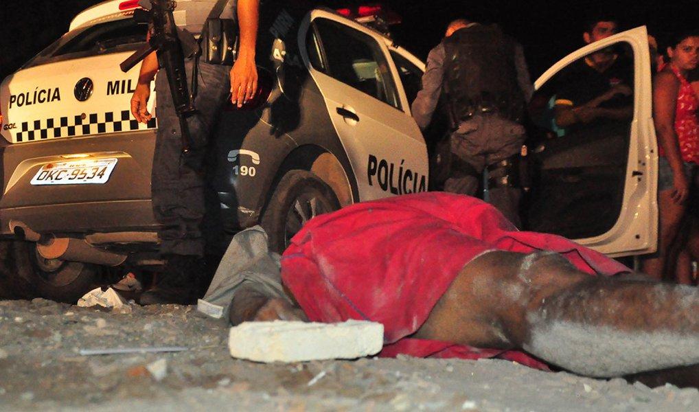 O governo do Maranhão apresentou o balanço das ações na área de segurança, no ano passado, no Maranhão; a queda do número de homicídios, o aumento da apreensão de armas e drogas e as estratégias policiais utilizadas pelo sistema de segurança pública foram alguns elementos indicativos da redução da criminalidade no balanço anual; a diminuição dos homicídios na Região Metropolitana de São Luís, representada por menos 109 assassinatos em relação a 2014, foi tendência ao longo do ano, repetindo-se em oito dos doze meses