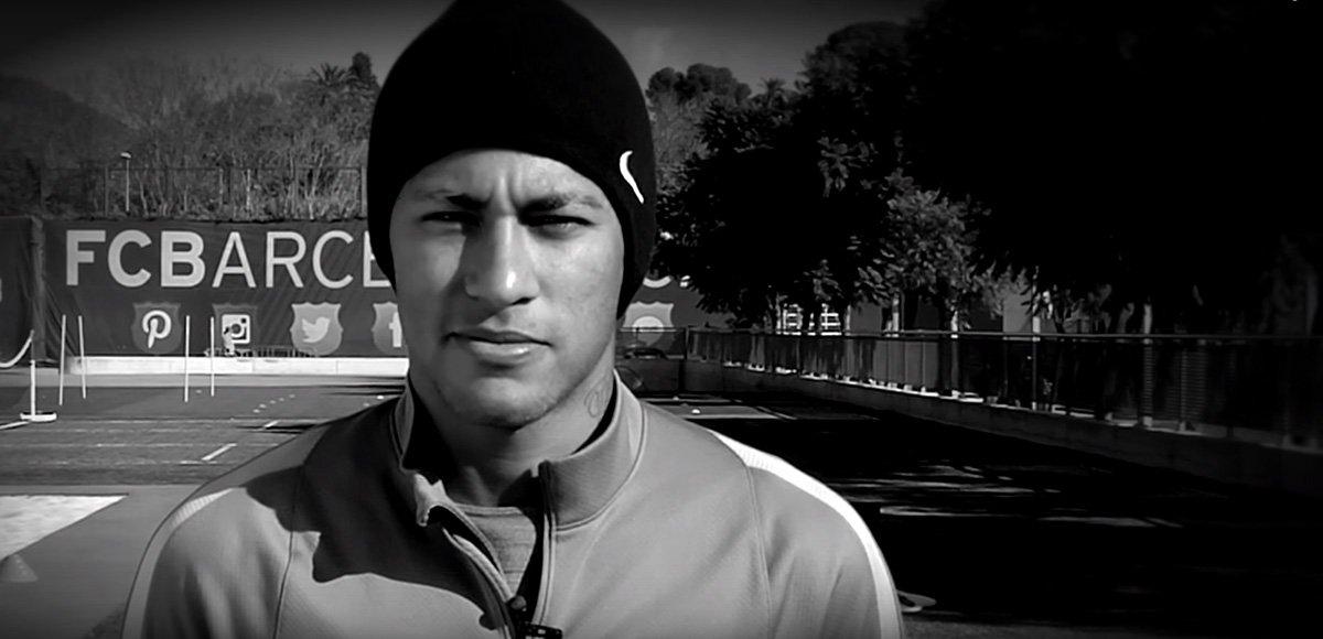 """Francesco Totti, Carl Lewis e Andrea Pirlo, campeões esportivos, também participaram de um vídeo para manifestarem a solidariedade. Filmado em preto e branco e com imagens símbolos da capital francesa, os jogadores expressam o lema """"Je suis Paris"""""""