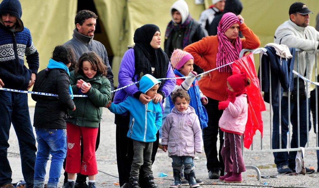 Migrantes tentavam chegar à ilha grega de Lesbos, mas o barco em que seguiam teve problemas, depois de terem deixado a estância balnear de Dikili, na província de Izmir, na costa turca do Mar Egeu; barco ficou retido na ilhota rochosa de Dikili; doze dos mais vulneráveis, incluindo três crianças, foram resgatados por helicópteros, enquanto 45 foram recolhidos por barcos de pesca, porque as embarcações da guarda costeira não conseguiram aproximar-se da ilha por serem maiores